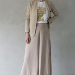 composizione modella con t-shirt ni ma bi bianca, disegno agata oro