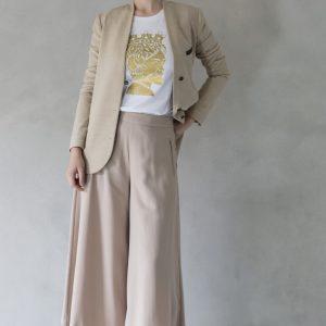 composizione modella con t-shirt ni ma bi bianca, disegno aristide oro