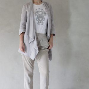 composizione modella con t-shirt ni ma bi bianca, disegno dorotea argento