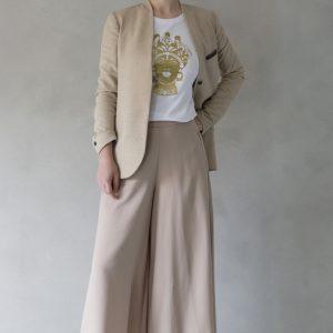 composizione modella con t-shirt ni ma bi bianca, disegno dorotea oro