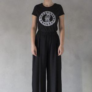 modella con t-shirt nimabi nera, disegno oliviero argento