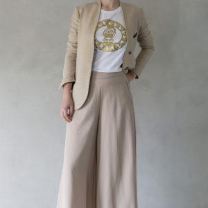 composizione modella con t-shirt ni ma bi bianca, disegno oliviero oro