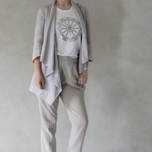 modella con t-shirt nimabi bianca, disegno rotaluna argento
