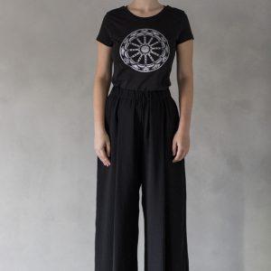 modella con t-shirt nimabi nera, disegno rotaluna oro