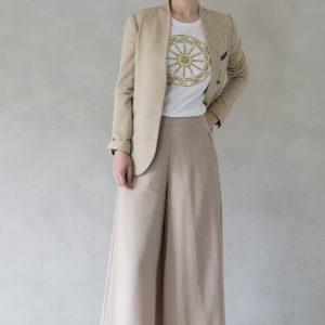 modella con t-shirt nimabi bianca, disegno rotaluna oro