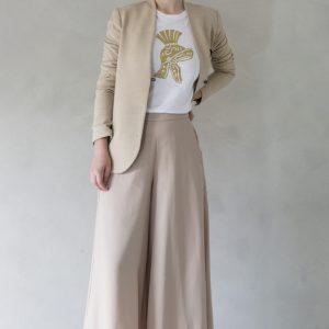 composizione modella con t-shirt ni ma bi bianca, disegno scipio oro