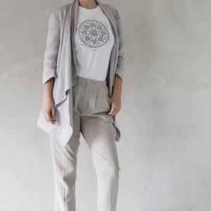 composizione modella con t-shirt ni ma bi bianca, disegno tammurì argento