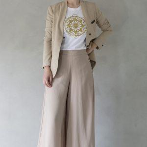 modella con t-shirt nimabi bianca, disegno tammurì oro