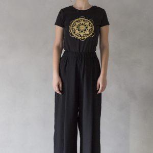 modella con t-shirt ni ma bi nera, disegno tammurì oro