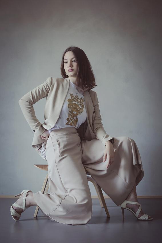 modella con t-shirt nimabi bianca, disegno agata oro