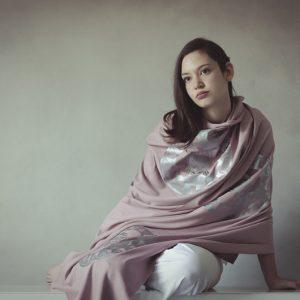 modella con stola ni ma bi rosa, disegno oliviero argento