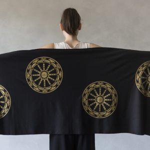modella con stola ni ma bi nera, disegno rotaluna oro